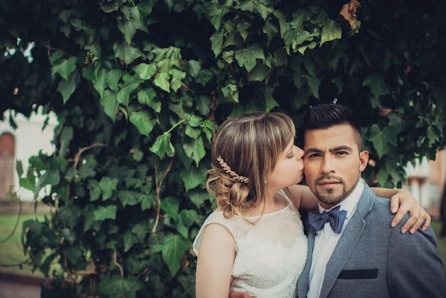 Красивая невеста целоваться и обниматься