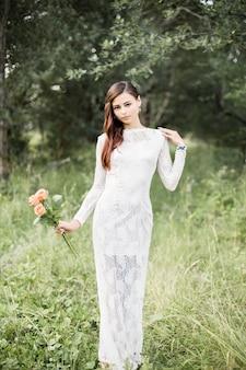 屋外の美しい花嫁