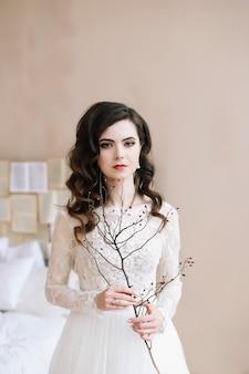 Красивый портрет невесты. утренние свадебные посиделки. понятие нежности. элегантное классическое свадебное платье.