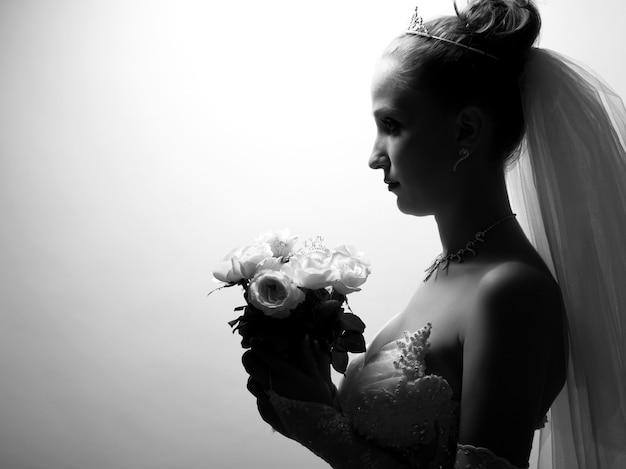 Портрет красивой невесты с цветами в руке