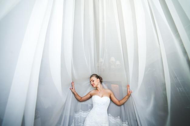 Красивая невеста позирует при дневном свете