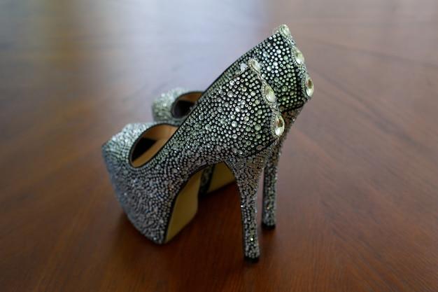 아름다운 신부 신발. 세련 된 흑인 여성 하이 힐 구두 장식 텍스트 복사 공간 크리스탈을 닫습니다. 굽 높은 패션 신발 빛나는 돌으로 장식.