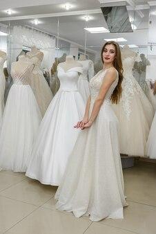 Красивая невеста в свадебном платье в салоне