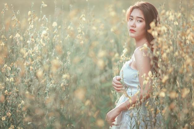 야외 숲에서에서 아름 다운 신부 웨딩 부케.