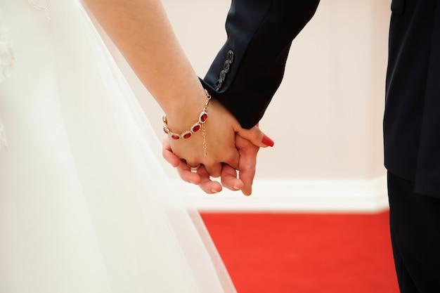 背景として、美しい花嫁の結婚式の詳細を手に