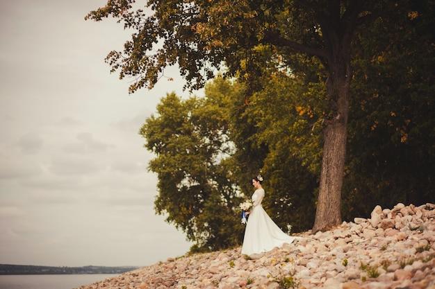 花の花束を持つ美しい花嫁。コピースペース