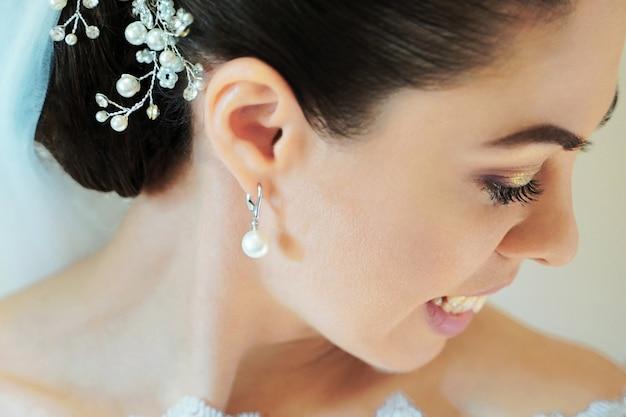 ファッションの結婚式の髪型を持つ美しい花嫁。若いゴージャスな花嫁のクローズアップの肖像画。若い花嫁のクローズアップの肖像画。