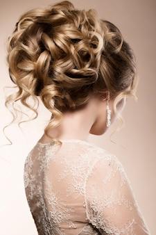 Красивая невеста с модной свадебной прической
