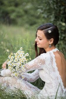 屋外の花を持つ美しい花嫁