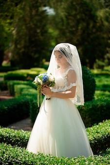 결혼식 꽃 꽃다발, 웨딩 드레스에 매력적인 여자와 아름 다운 신부. 행복 한 신혼 여자. 웨딩 메이크업과 헤어 스타일 신부. 웃는 신부. 결혼식 날. 결혼.