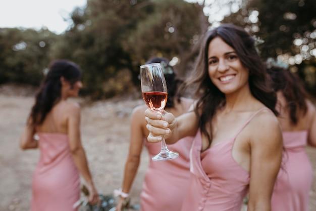 Bellissime damigelle che celebrano il matrimonio della loro amica