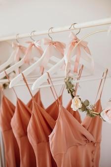 옷걸이에 아름다운 신부 들러리 드레스