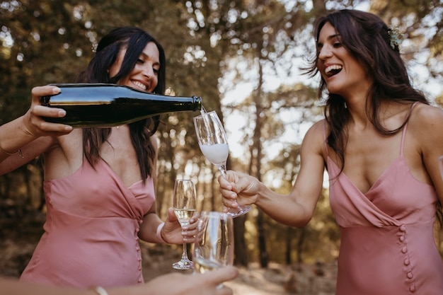 Красивые подружки невесты развлекаются на открытом воздухе