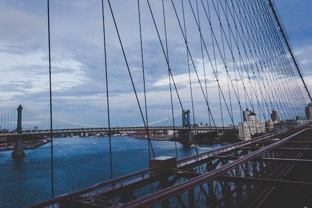 Красивый мост манхэттена с городом