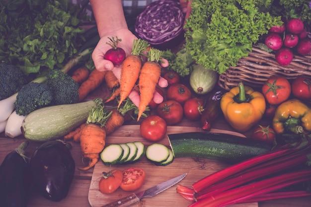 野菜のダイエットと減量の選択のための美しく明るく新鮮な野菜
