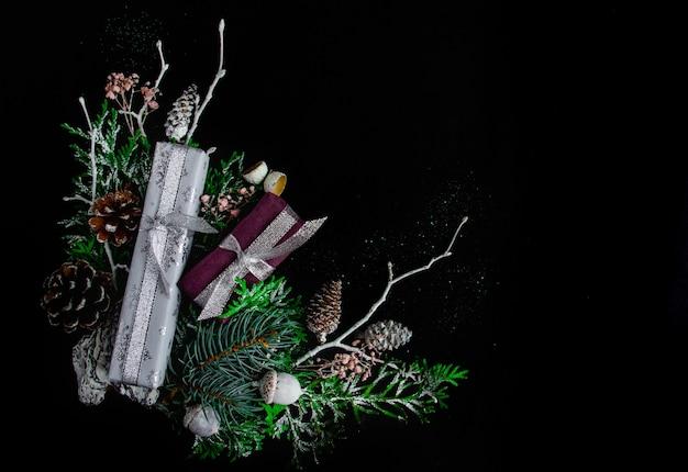 Красивая яркая новогодняя и рождественская композиция на черном фоне.