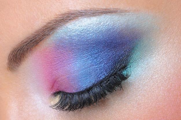 女性の目の美しい明るいファッションメイク-マクロショット