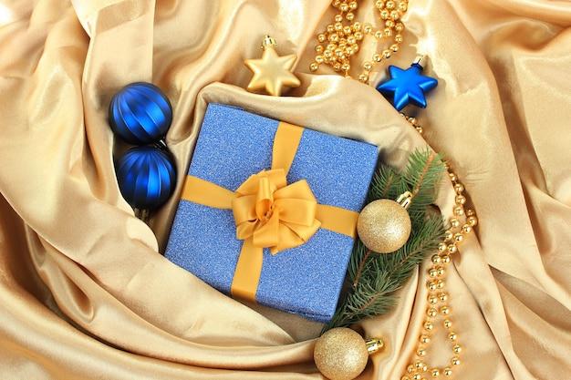 Красивый яркий подарок и новогодний декор, на шелковой ткани