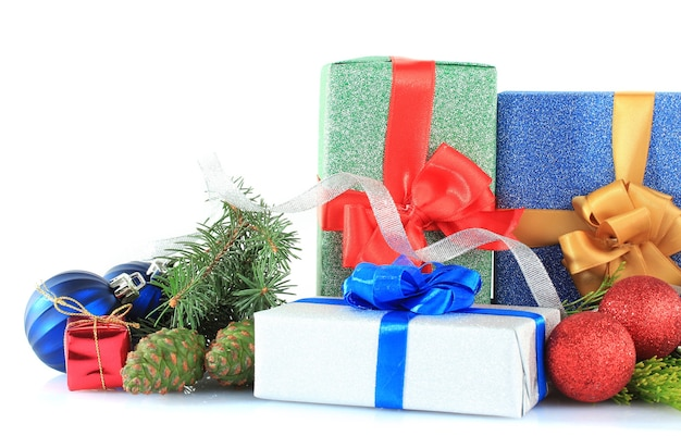 Красивые яркие подарки и рождественский декор, изолированные на белом