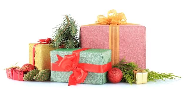 흰색으로 격리된 아름다운 밝은 선물과 크리스마스 장식