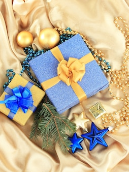 실크 천에 아름다운 밝은 선물과 크리스마스 장식