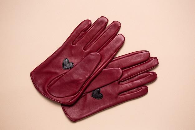 女性のための本革で作られた美しい明るい手袋