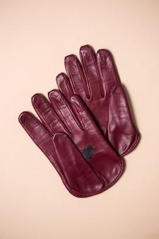 Красивые яркие перчатки из натуральной кожи для женщин