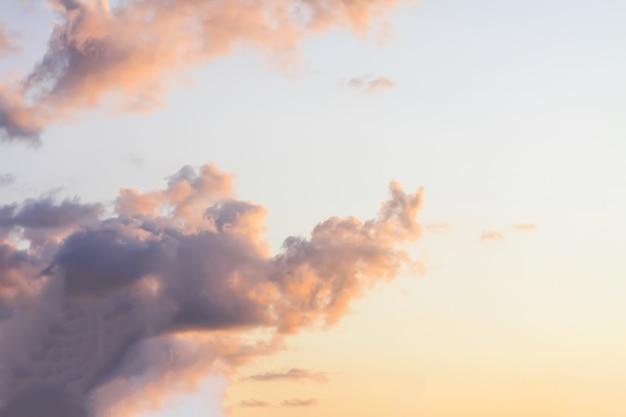 일몰 빛에 구름과 함께 아름 다운 밝은 여름 하늘