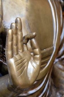 아름 다운 청동 불상 손을 닫습니다. 무드라 또는 손 제스처