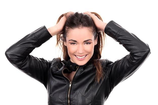 Bella donna capelli castani con le mani nei capelli