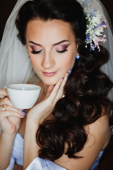 美しいブルネットの花嫁、花嫁の朝