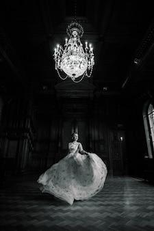 Красивая брюнетка невеста в роскошном свадебном платье в богатом винтажном интерьере