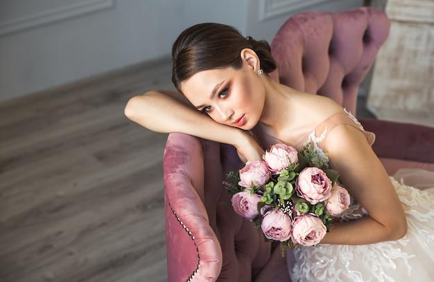 Красивая брюнетка невеста в свадебном платье