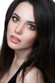 美しいブルネットの少女。ホリデーメイク。豪華なメイクで若いブルネットの女性の肖像画。夢見る少女。白い背景の上に分離。目を閉じてゴージャスな女性。完璧な肌とメイクアップ。