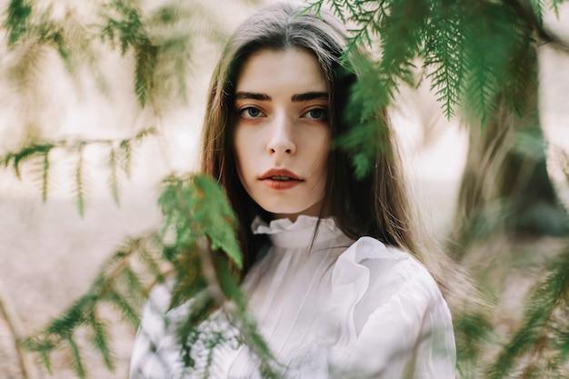 公園で美しいブルネットの少女の肖像画