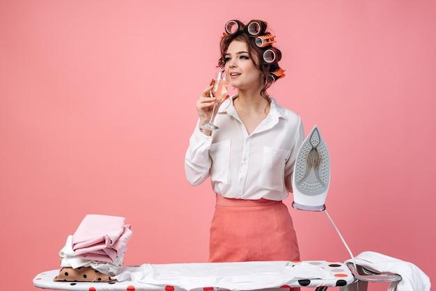 美しいブルネットの主婦は家事に従事しています