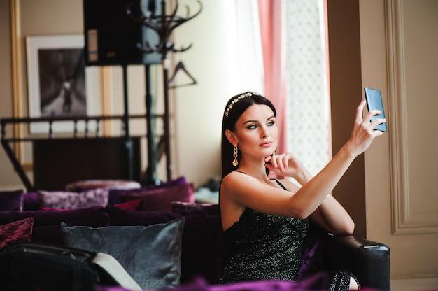 携帯電話でホテルの美しいブルネット