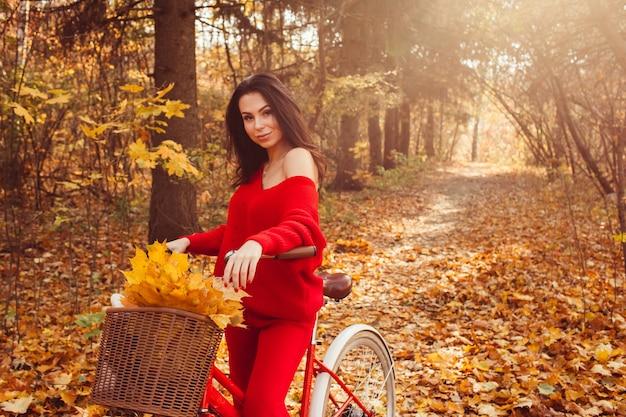 自転車で秋の森の美しいブルネット