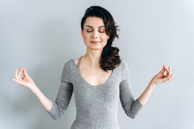 美しいブルネット瞑想