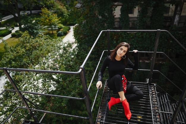 黒い階段でポーズ美しいブルネット