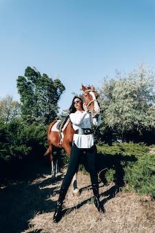 馬と美しいブルネット