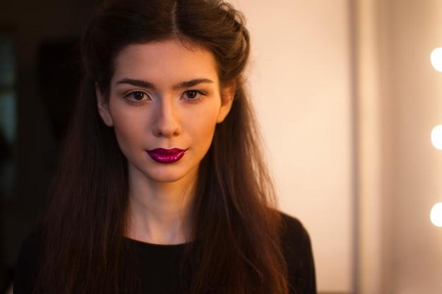 부르고뉴 립스틱, 입술에 젖은 효과, 초상화와 함께 아름 다운 갈색 머리. 구성하다