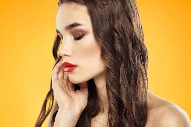 벌 거 벗은 어깨와 고립 된 밝은 화장과 아름 다운 갈색 머리