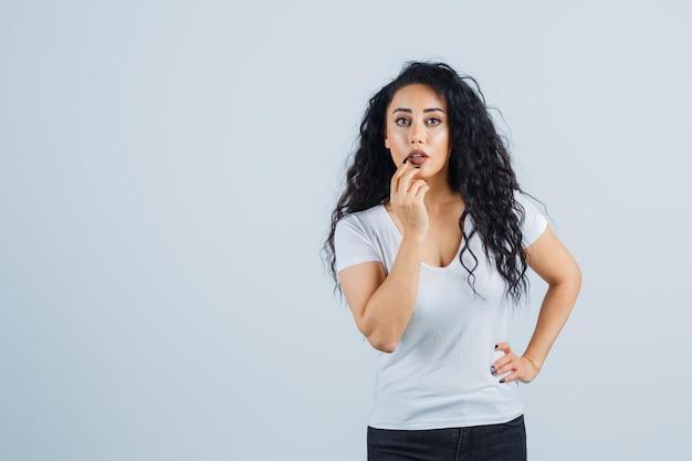 口紅を適用する美しいブルネットの女性