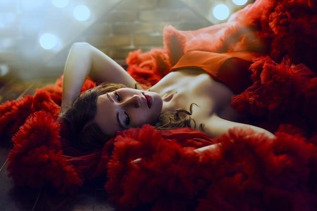 메이크업 럭셔리 빨간 드레스에 아름 다운 갈색 머리 여자 모델