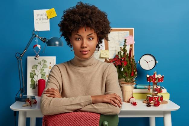 Красивая брюнетка женщина, оставаясь на своем рабочем месте