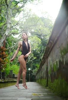 Красивая брюнетка с прекрасным телом в купальнике на бали. индонезия