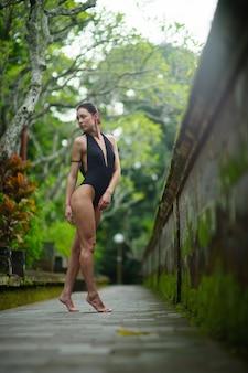 Красивая брюнетка женщина с идеальным телом в купальнике на бали