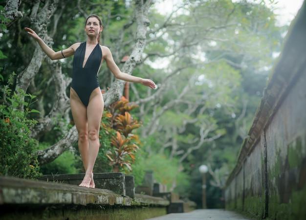 발리에서 수영복에 완벽한 몸매를 가진 아름다운 갈색 머리 여자