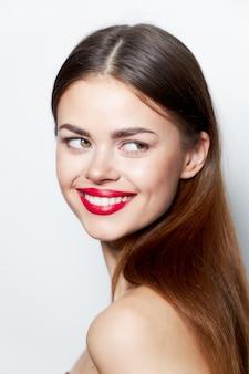 赤い唇と美しいブルネットの女性